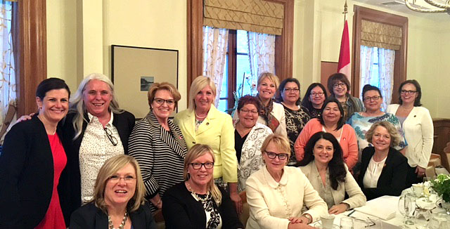 Cercle members participated in a luncheon conference with psychologist and author Rose-Marie Charest, where they had the opportunity to discuss the importance of being assertive to better cope with stress.